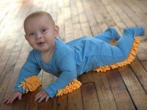 Les enfants doivent-ils faire le ménage ? Une question plus complexe que ce qu'on pense... bebe-menage1-300x224